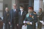 Глава Искитима Сергей Завражин в День Победы вручил 15 призывникам боевые повестки