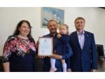 Глава Искитимского района вручил сегодня молодой семье свидетельство на получение социальной выплаты на покупку жилья