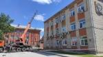 Фотофакт. На здании администрации города Искитима ремонтируют крышу